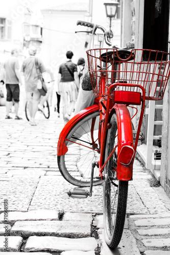 czerwony-rower-zaparkowany-przed-budynkiem