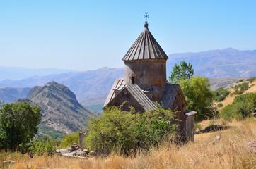 Церковь 10 века в монастыре Тсахацкар в Армении