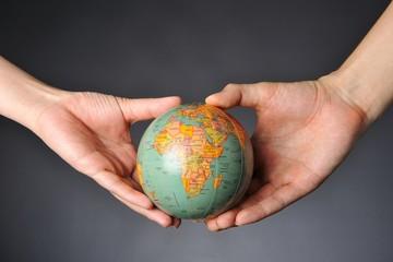 地球を支える二人の手