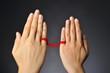 赤い糸で結ばれた男女の手