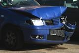Blechschaden: blaues Unfallauto