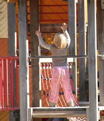 Kind auf Klettergerüst am Abenteuerspielplatz