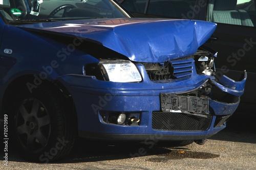 Leinwanddruck Bild Blechschaden: blaues Unfallauto