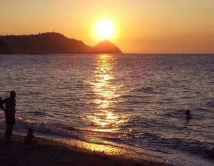 Ammirare il tramonto sul mare