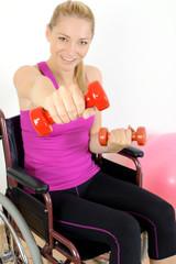 Frau im Rollstuhl beim Krafttraining mit Gewichten
