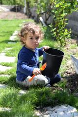 çocuk çimde oynuyor