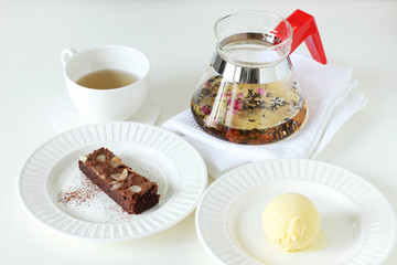 ice cream with brownie with teapot