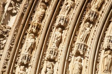 Détail du porche de l'église Saint Eutrope