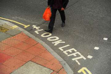 Mann überquert eine Straße