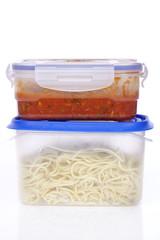 Spagetti mit Tomatensoße in Plastikbehältern