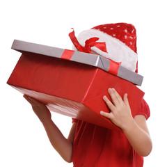 Kind schaut in Geschenkebox