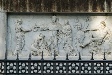 Bassorilievo in marmo decorazione basamento statua, Pisa