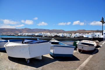 barcas en un muelle fuera del agua