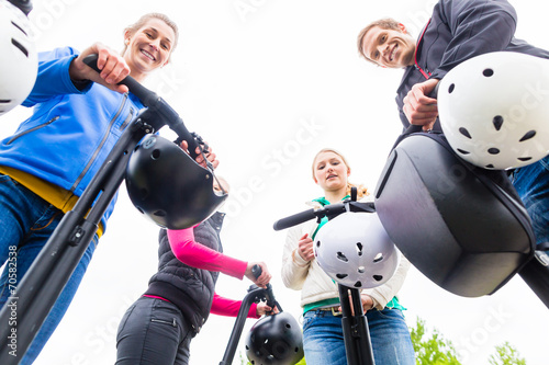 canvas print picture Touristen bei Segway Sightseeing Tour