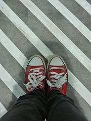 Scarpe rosse su texture a righe