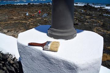 pintando un muro con pintura blanca en lanzarote