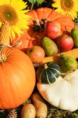 Erntedank, Dekoration mit Blumen, Obst und Gemüse