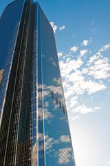деловой бизнес центр на фоне голубого неба