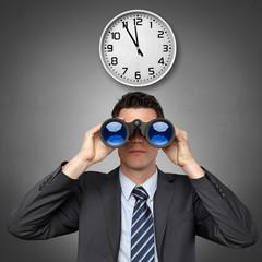Mann mit Fernglas und Uhr  5 vor 12