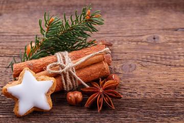 Zimtstern und Gewürze - Dekoration zu Weihnachten