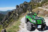 Fotoroleta Mit dem Quad im Gebirge