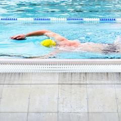 Kraulschwimmen mit paddles