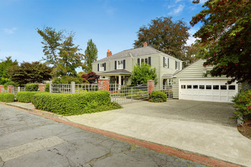 Luxury real estate in Tacoma, WA. House with big garage and fenc