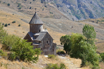 Храм 10 века в монастыре Тсахацкар в горах Армении