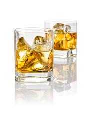 Zwei Tumbler mit Whiskey