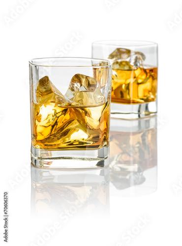Zwei Tumbler mit Whiskey - 70606370