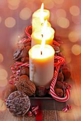 adventsdeko mit lebkuchen und zuckerstangen