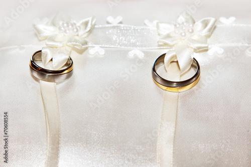 Wedding rings tied to pillow ring © Edler von Rabenstein