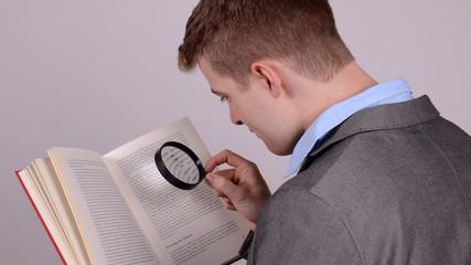 lesen mit einer lupe