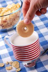 intingere il frollino nella tazza di latte