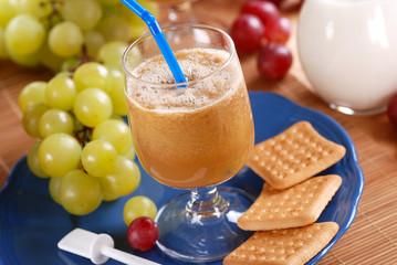 frullato di uva con ingredienti intorno