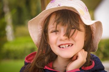 Hübsches kleines Mädchen zeigt ihre Zahnlücke