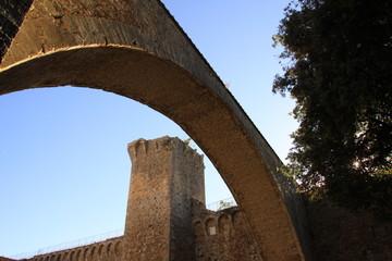 Massa Marittima, torre del Candeliere con arco