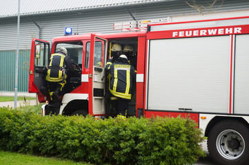 Feuerwehrmänner verlassen Löschfahrzeug am Einsatzort