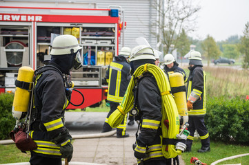 Feuerwehr - Feuerwehrmänner bereiten sich auf Einsatz vor