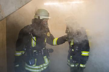 Feuerwehrmänner in verrauchtem Gebäude