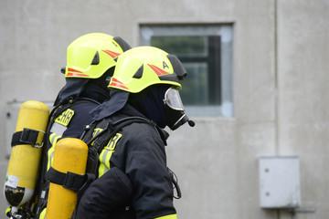 Feuerwehrmänner unter schwerem Atemschutz