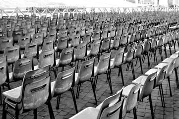 Stuhlreihen vorm Petersdom in Rom