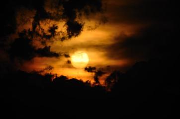 sonne und schwarze wolken