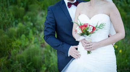 Pareja de novios y ramo de boda