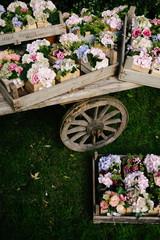 Pacchetti floreali in cassette di legno su vecchio carro