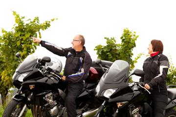 Zwei Motorradfahrer unterhalten sich über die Landschaft