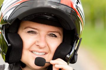 Motorradfahrerin mit Freisprechanlage