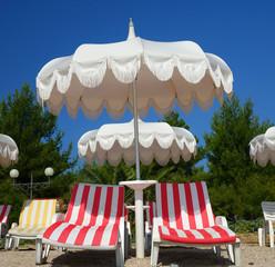 Une plage avec ses chaises longues, transats et parasols