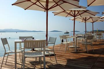 Terrasse d'un bar en bord de mer