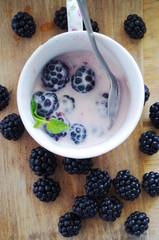 Йогурт и ягоды на завтрак